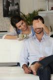 Meisje dat vriendgift aanbiedt Royalty-vrije Stock Afbeeldingen