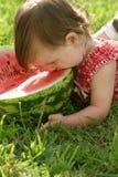 Meisje dat watermeloen eet Royalty-vrije Stock Afbeeldingen