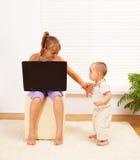 Meisje dat weg haar broer duwt Stock Afbeeldingen