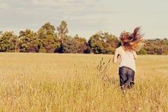 Meisje dat in weide, vrijheid loopt Royalty-vrije Stock Foto