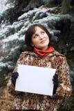 Meisje dat witte lege kaart houdt Stock Fotografie