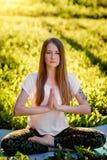 Meisje dat yoga doet Stock Afbeeldingen