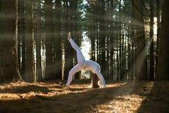 Meisje dat yoga doet Royalty-vrije Stock Foto's