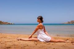 Meisje dat yoga doet Stock Afbeelding