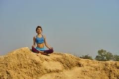 Meisje dat yoga doet royalty-vrije stock afbeeldingen