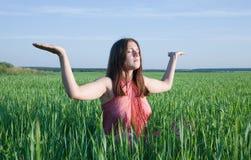 Meisje dat yoga doet tegen aard stock afbeeldingen