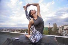 Meisje dat yoga in openlucht doet Stock Foto