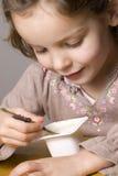 Meisje dat yoghurt eet Royalty-vrije Stock Fotografie