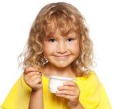 Meisje dat yoghurt eet Stock Foto's