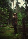 Meisje dat zich in bos bevindt Stock Fotografie