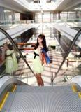 Meisje dat zich in de wandelgalerij na het doen van het winkelen bevindt Royalty-vrije Stock Afbeelding