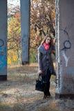 Meisje dat zich dichtbij concrete post bevindt Royalty-vrije Stock Foto