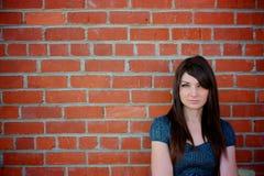 Meisje dat zich door muur bevindt Stock Fotografie