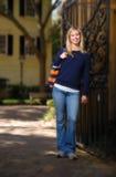 Meisje dat zich door poort in daling bevindt Stock Foto's