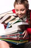 Meisje dat zich met een bos van boeken bevindt royalty-vrije stock afbeeldingen
