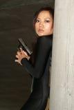 Meisje dat zich met gun3 bevindt royalty-vrije stock foto