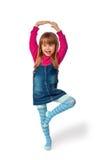 Meisje dat zich op één geïsoleerde been bevindt, Stock Afbeeldingen