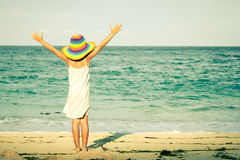 Meisje dat zich op het strand bevindt royalty-vrije stock afbeelding