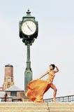 Meisje dat zich op het strand in kleermakerijenkleding bevindt Royalty-vrije Stock Foto's