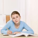 Meisje dat zich op thuiswerktaak concentreert Stock Afbeeldingen