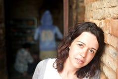 Meisje dat zich in tempel bevindt Stock Fotografie
