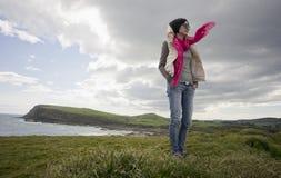 Meisje dat zich in wind bevindt Royalty-vrije Stock Afbeeldingen