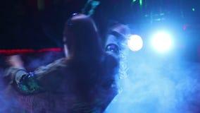 Meisje dat zingt en op stadium, Achtermening van zanger danst Licht en rook op stadium stock videobeelden