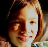 Meisje dat - Zuivere Onschuld glimlacht stock fotografie
