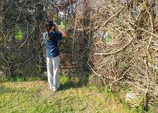 Meisje in de activiteit van de Vogelobservatie bij aardhuid Royalty-vrije Stock Foto