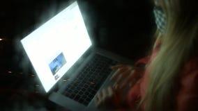 Meisje in de auto en de werken bij laptop 4K 30fps ProRes stock video