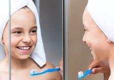 Meisje in de badkamers Stock Afbeelding