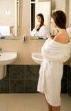 Meisje in de badkamers Stock Fotografie