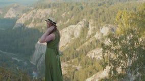 Meisje in de bergen stock footage