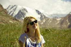 Meisje in de bergen stock fotografie