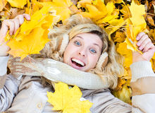 Meisje in de bladeren Stock Fotografie