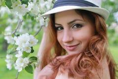 Meisje in de bloem van de appeltuin Stock Foto's