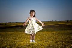 Meisje in de bloemen Stock Afbeeldingen