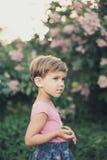 Meisje in de de lentetuin Stock Afbeelding