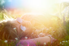 Meisje in de de zomerzon Stock Afbeelding