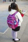 Meisje in de eerste dag van school stock foto's
