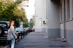 Meisje in de grote stad Stock Afbeeldingen