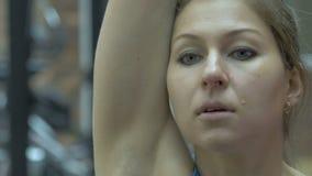 Meisje in de de gymnastiek, gewichten van het liftenmetaal en het fronsen met inspanning stock footage