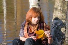 Meisje in de herfst royalty-vrije stock afbeeldingen