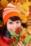 Meisje in de herfst oranje hoed op bladgroep. Stock Afbeelding