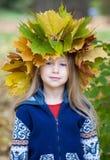 Meisje in de herfstkroon stock afbeelding