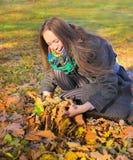 Meisje in de herfstpark Stock Fotografie