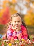 Meisje in de herfstpark stock afbeelding