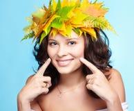 Meisje in de herfstslinger stock fotografie