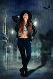 meisje in de hoed in de regen stock afbeelding