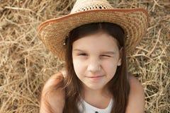 Meisje in de hoed met één gesloten oog Stock Afbeelding